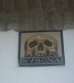 Azulejo con una Calavera en la fachada de la casa de Susona.
