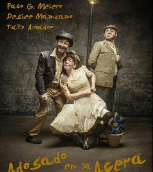 Adosado en la acera. Teatro Duque-La Imperdible, Sevilla