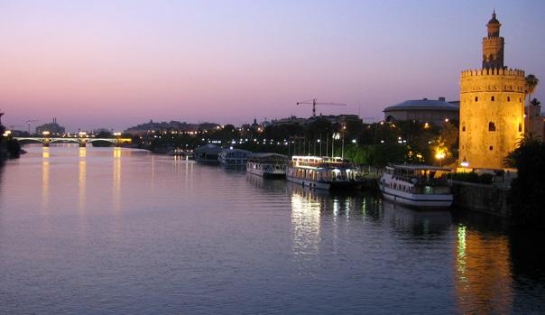 Vistas al Río Guadalquivir y la Torre del Oro